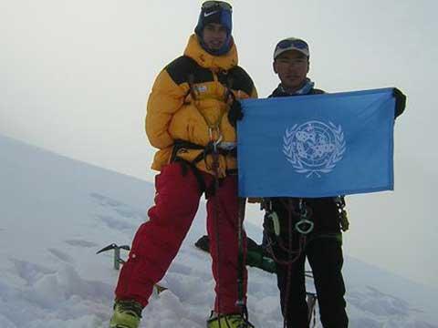 Инвалид без обеих рук покоряет Эверест