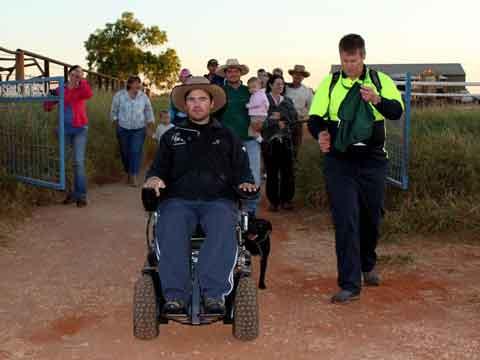 В инвалидной коляске через пустыню
