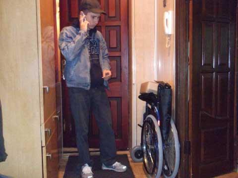 Инвалидное кресло для нуждающегося в этом человека