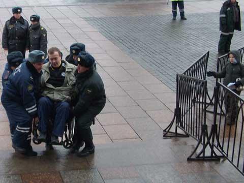 В инвалидном кресле к поясу Пресвятой Богородицы