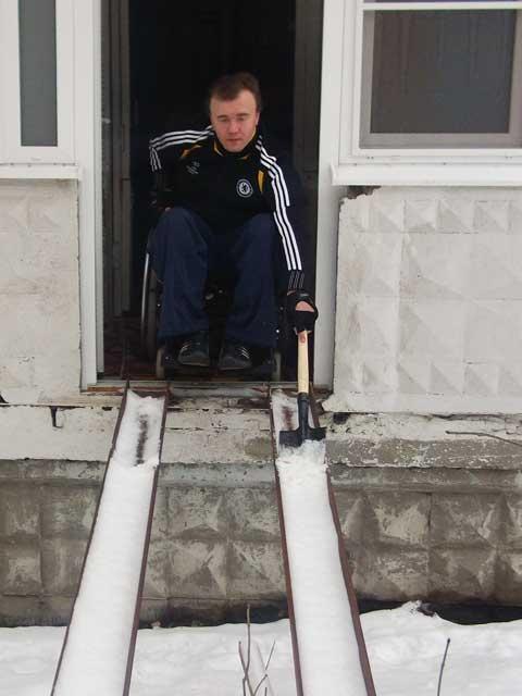 Сам себе дворник: Почему не чистят пандусы для инвалидов?